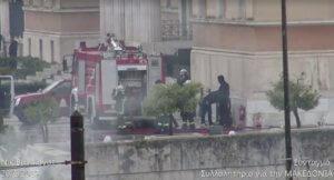 Μυστήριο με κουκουλοφόρους δίπλα σε αστυνομικούς στο περιστύλιο της Βουλής