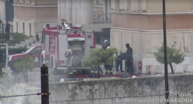 Μυστήριο με κουκουλοφόρους δίπλα σε αστυνομικούς στο περιστύλιο της Βουλής | Newsit.gr