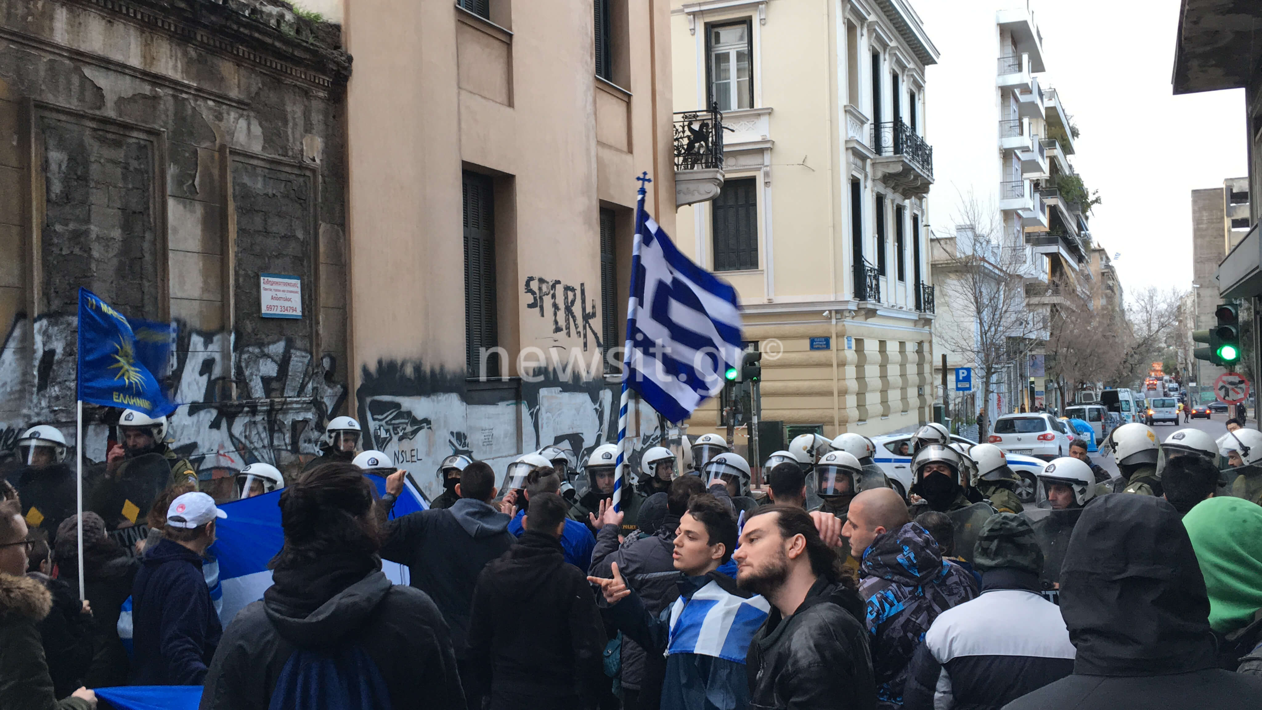 Συμφωνία των Πρεσπών: Διαδηλωτές κατευθύνθηκαν προς τα γραφεία του ΣΥΡΙΖΑ – video