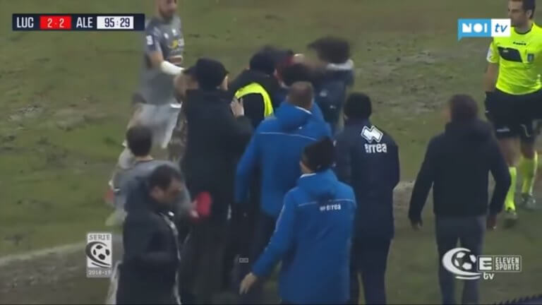Τον «ξάπλωσε»! Προπονητής έριξε κουτουλιά σε αντίπαλο – video | Newsit.gr