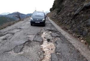 """Ορεινή Ναυπακτία: Οι λακκούβες """"κόβουν"""" τα παιδιά από το σχολείο!"""