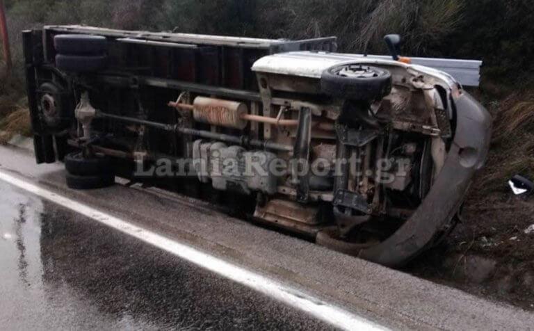 Λαμία: Ανατροπή φορτηγού με δύο τραυματίες – Η αυτοψία που οδηγεί σε συμπεράσματα [pics]