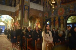 Λάρισα: Αγρυπνία για τη Μακεδονία – Γέμισε η εκκλησία από μικρούς και μεγάλους [pics]