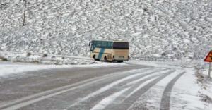 Λάρισα: Λεωφορείο με μαθητές έφυγε από τον δρόμο – Πανικός στα Φάρσαλα λόγω παγετού!
