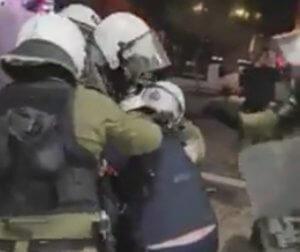 Η στιγμή της βίαιης σύλληψης του λυράρη Κώστα Γοντικάκη από άντρες των ΜΑΤ – video