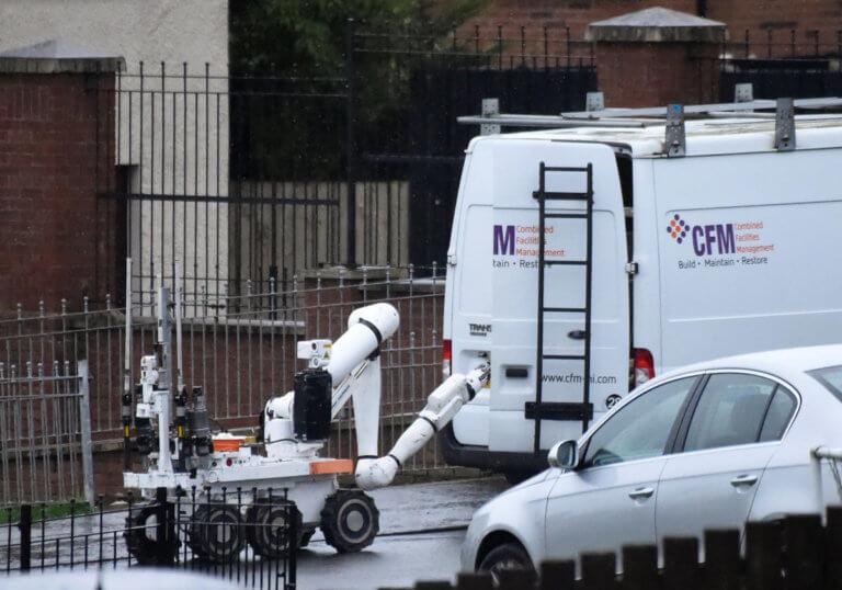 Συναγερμός στη Β. Ιρλανδία – Έρευνες σε αυτοκίνητο που εγκατέλειψαν κουκουλοφόροι | Newsit.gr