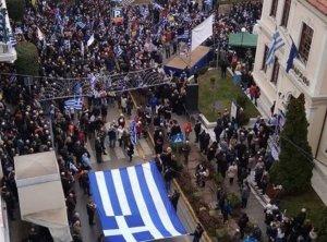 Βέροια: Σε εξέλιξη το συλλαλητήριο για τη Μακεδονία – Το κέντρο ντύθηκε στα γαλανόλευκα [pics, video]