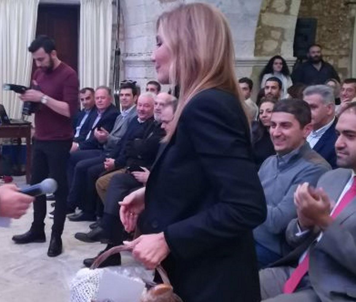 Ρέθυμνο: Η μαντινάδα που έκανε την Μαρέβα Μητσοτάκη να χαμογελάσει – Οι στίχοι που συζητήθηκαν [pics]