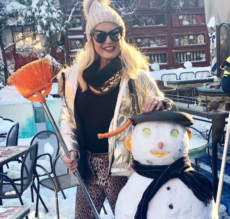 Μαρίνα Πατούλη: Ποζάρει στα χιόνια με…σκούπα και χιονάνθρωπο και δίνει το δικό της μήνυμα!