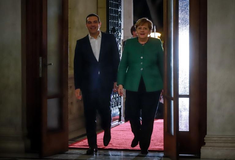 """Μέρκελ η… διακοσμήτρια! """"Τσέκαρε"""" το γραφείο του Τσίπρα! video   Newsit.gr"""
