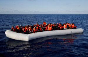 Πέντε νεκροί και 130 αγνοούμενοι από σύγκρουση πλοίων με μετανάστες