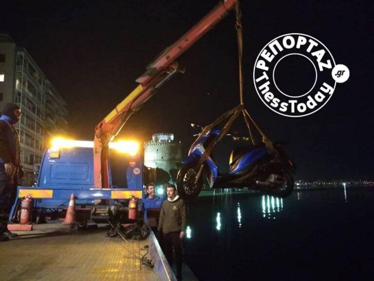 Έπεσε με τη μηχανή του στο Θερμαϊκό! – video | Newsit.gr