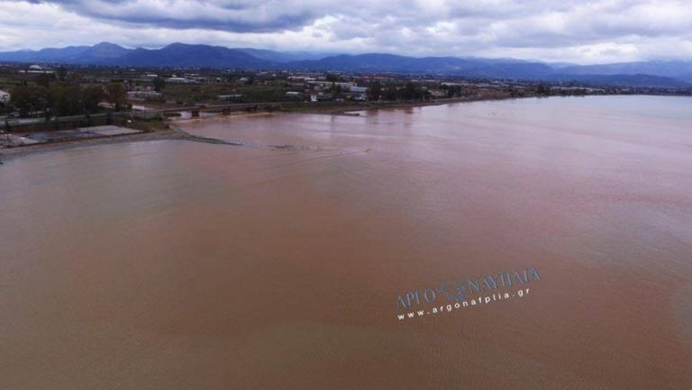 Νέα Κίος: Η θάλασσα έγινε καφέ! – video