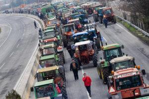 Οι εναλλακτικές διαδρομές μετά το αγροτικό μπλόκο στη Νίκαια – Κομμένη στα δύο η εθνική οδός