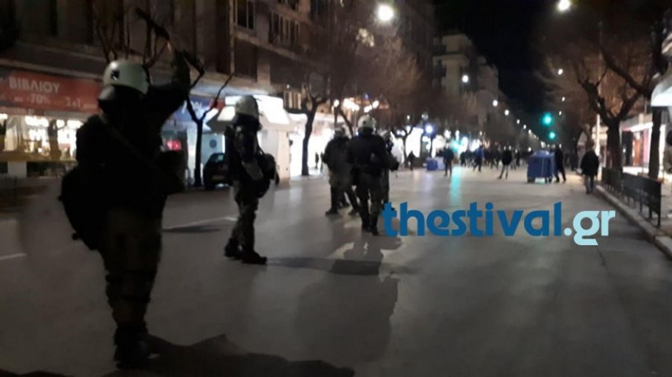 Ένταση με κουκουλοφόρους στη Θεσσαλονίκη – video