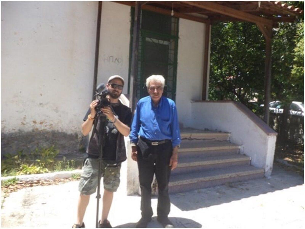Ο Δημήτρης Σταματάκης στα Μεσκλά με τον οπερατέρ Γιώργο Δαράκη μπροστά από το δημοτικό σχολείο των Μεσκλών, όπου συγκέντρωναν τους κατοίκους πριν τους οδηγήσουν στις φυλακές της Αγιάς και συνέχεια στα κολαστήρια του θανάτου