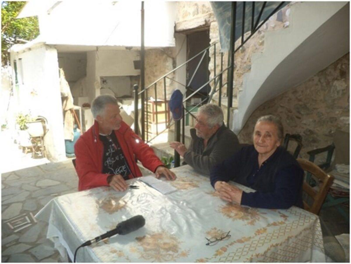 Γυρίσματα στο σπίτι της Ελευθερίας Βαβουράκη στην Κοξαρέ Αγίου Βασιλείου Ρεθύμνου λίγο πριν αρχίσει την εξιστόρηση σύλληψης του αδερφού της Γιώργη Αλεβυζάκη που οδηγήθηκε και εκείνος στα στρατόπεδα εξόντωσης