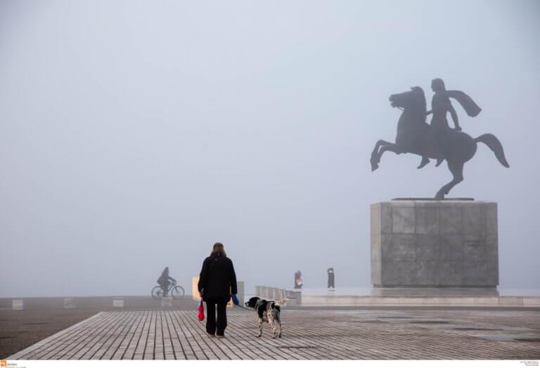 Θεσσαλονίκη: Ομίχλη έχει σκεπάσει την πόλη – Στα 100 μέτρα η ορατότητα σε πολλές περιοχές!