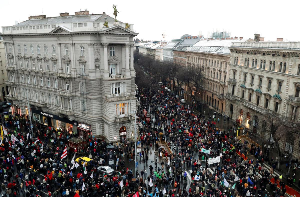 Ουγγαρία: Δεκάδες χιλιάδες διαδηλωτές κατά του Όρμπαν [pics]