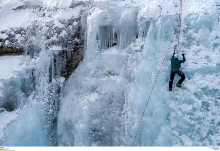 Σέρρες: Αναρρίχηση στον πάγο – Εικόνες που καθηλώνουν στο δάσος του Λαϊλιά [pics] | Newsit.gr