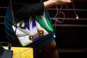 Βουλή: Η τσάντα… του Πικάσο και τα σκισμένα χαρτιά της Βούλτεψη! [pics]