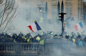 """""""Κίτρινα γιλέκα"""": Νέες συγκρούσεις με την αστυνομία – Φωτιές και δακρυγόνα"""