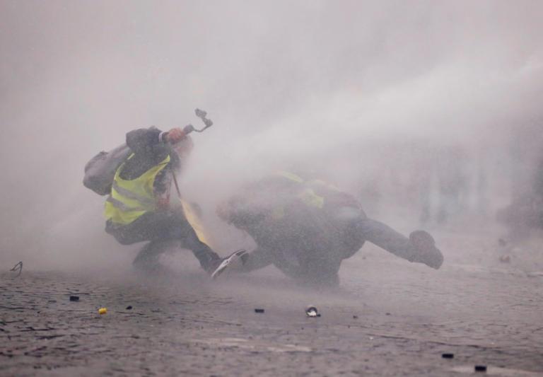 Κίτρινα γιλέκα: Δακρυγόνα και πλαστικές σφαίρες στην Αψίδα του Θριάμβου
