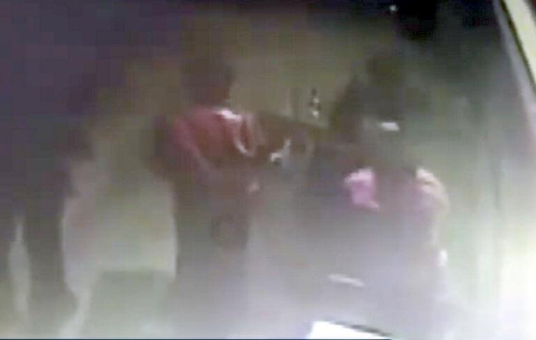 Η στιγμή που αυτοκίνητο παρασύρει την τρίχρονη Μαρία στην Πάτρα – video