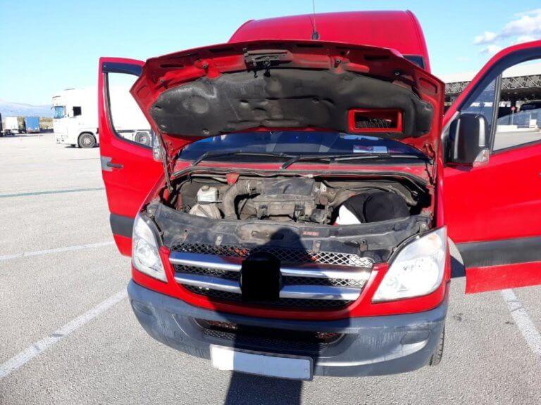Πάτρα: Άνοιξαν τη μηχανή του αυτοκινήτου και έπαθαν πλάκα – Αυτές είναι οι πρωτοφανείς εικόνες [pics]