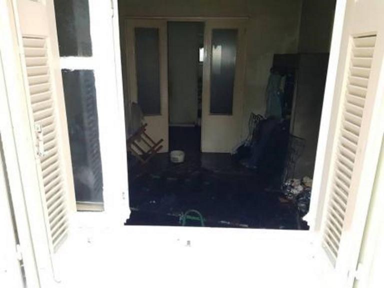Πάτρα: Νεκρός άντρας πίσω από αυτό το παράθυρο – Το στρώμα που έγινε παγίδα θανάτου – video | Newsit.gr