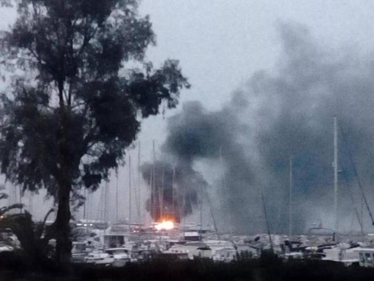 Πάτρα: Φωτιά σε δύο ιστιοφόρα στο παλιό λιμάνι – Video | Newsit.gr