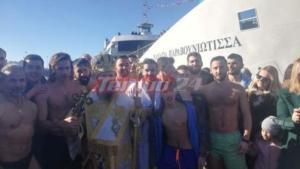 Θεοφάνια: Συγκίνηση στην Πάτρα – Έπεσαν για τον Σταυρό και έψαλλαν τον εθνικό ύμνο – video