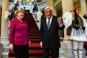 Παυλόπουλος: Δικαστικά επιδιώξιμες οι γερμανικές αποζημιώσεις – Μέρκελ: Αναλαμβάνουμε την ευθύνη για τα εγκλήματα