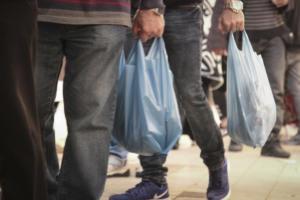 Πλαστική σακούλα: Αυξήθηκε από σήμερα η τιμή της – Πόσο θα χρεώνεται