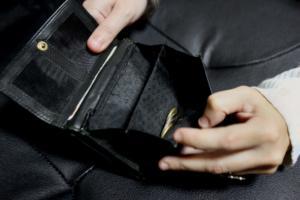 «Στέγνωσαν» τους Έλληνες οι φόροι – Αυξήθηκαν κατά 800 εκατ. € οι ληξιπρόθεσμες οφειλές
