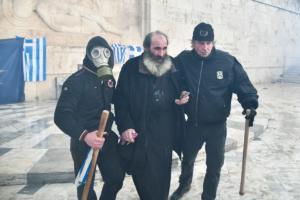 Η φωτογραφία του ιερέα από το συλλαλητήριο που έκανε τον γύρο του διαδικτύου