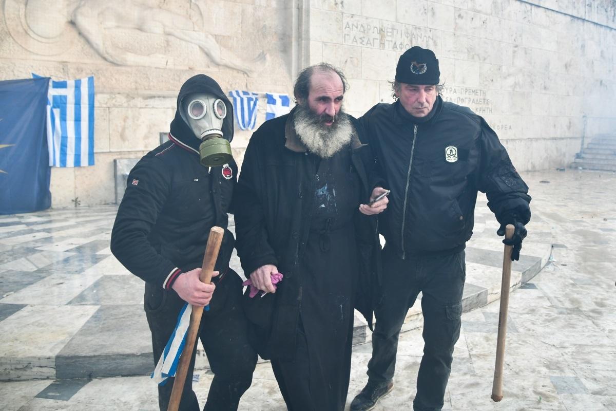 Η φωτογραφία του ιερέα από το συλλαλητήριο που έκανε τον γύρο του διαδικτύου   Newsit.gr