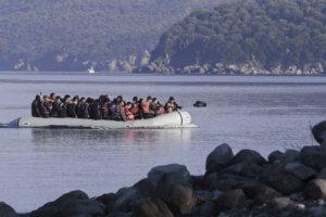 Αυξάνονται οι εισροές προσφύγων και μεταναστών από τον Έβρο