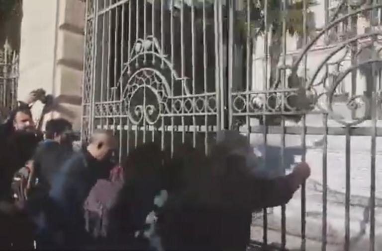 Θεσσαλονίκη: Ένταση στο ΥΜΑΘ! Προσπάθησαν να σπάσουν την πύλη – video | Newsit.gr