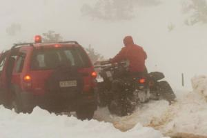 Ήρωες στα χιόνια! Πυροσβέστες απεγκλώβισαν βρέφος τριών ημερών
