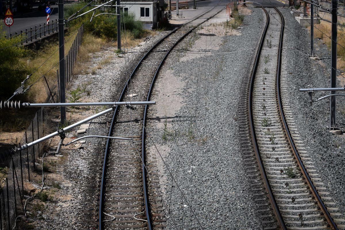 Θεσσαλονίκη: Σκαρφάλωσαν στο τρένο για να ταξιδέψουν δωρεάν! Απίστευτες εικόνες σε σταθμό του ΟΣΕ