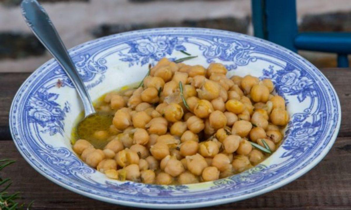 Ρεβίθια λεμονάτα σε «ζωμό» δεντρολίβανου | Newsit.gr