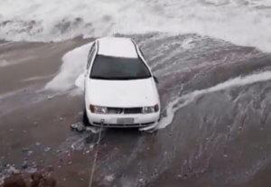 Ρόδος: Ο οδηγός τα είδα όλα – Βρέθηκε στη θάλασσα όταν υποχώρησε τμήμα του δρόμου – video