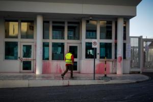 Ρουβίκωνας: Με μπογιές και καπνογόνα η επίθεση στην αμερικανική πρεσβεία