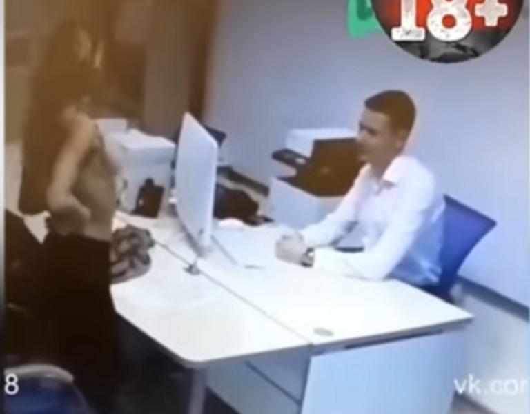 Η τράπεζα της απέρριψε το δάνειο και άρχισε να γδύνεται μπροστά στον υπάλληλο! – video   Newsit.gr