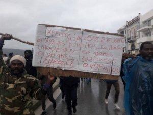 """Σάμος: """"Είμαστε άνθρωποι"""" – Στους δρόμους πρόσφυγες και μετανάστες που βρίσκονται παγιδευμένοι στο νησί – video"""