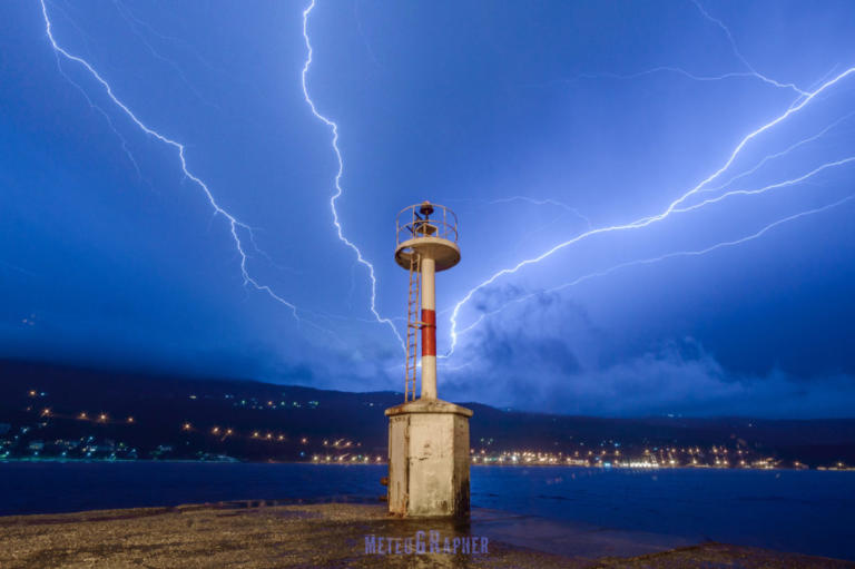 Σάμος: Εκπληκτικές εικόνες από το πέρασμα ηλεκτρικής καταιγίδας – Οι κεραυνοί που κέντρισαν τα βλέμματα [pics]