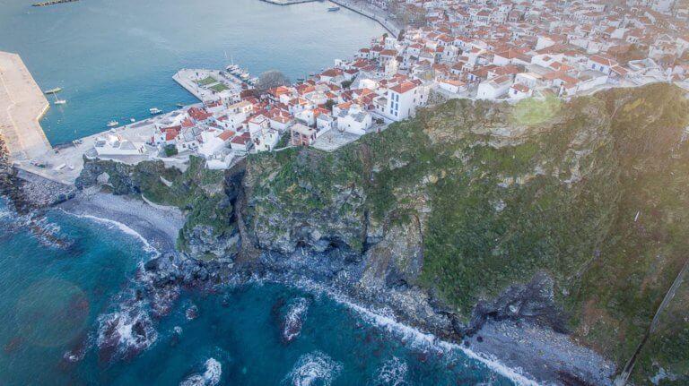 """Σκόπελος: Χριστούγεννα με το βλέμμα στο επόμενο καλοκαίρι! Κινήσεις για να """"ρεφάρει"""" το νησί"""