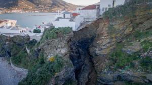 Σκόπελος: Κατολίσθηση εξαφάνισε μια ολόκληρη πλαγιά – Σπίτια στο χείλος του γκρεμού – Απίστευτες εικόνες [pics, video]