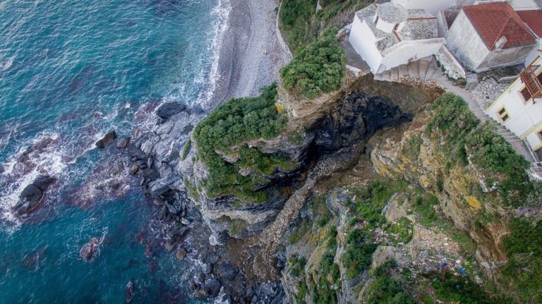 Σκόπελος: «Βρισκόμαστε στο χείλος του γκρεμού» – Συναγερμός στο νησί μετά την κατολίσθηση – video, pics